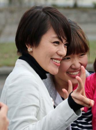 今井絵理子、黒髪&華やか笑顔で応援演説デビュー (日刊スポーツ) - Yahoo!ニュース