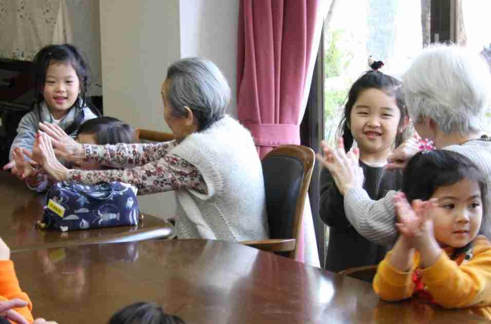 【1億総活躍社会】高齢者用介護施設に子供や障害者受け入れ…政府が方針