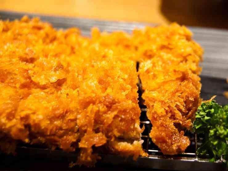【激怒】トンカツの衣をわざわざ剥がして食べる男にトンカツ屋の店長がブチ切れ!|ニュース&エンタメ情報『Yomerumo』
