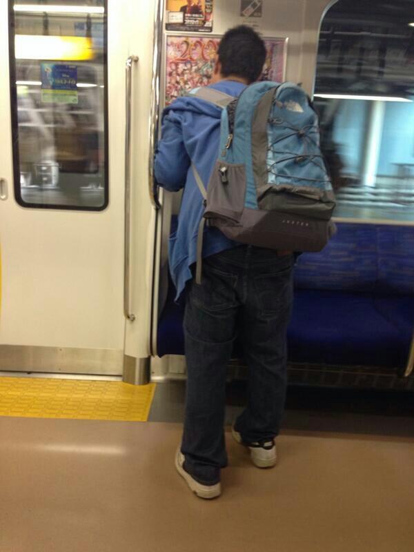 ラブライバーが電車の中で『ラブライブ』の広告にキスww