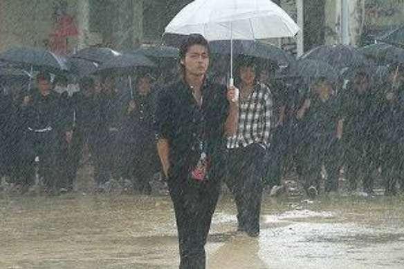 雨に濡れる男トピ