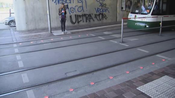 足元の路面に信号機、ドイツで「歩きスマホ」対策