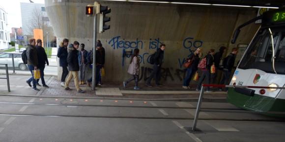 言ってもおまえら聞かないし。歩きスマホ対策に信号を道路に埋め込む試みが開始される(ドイツ) : カラパイア