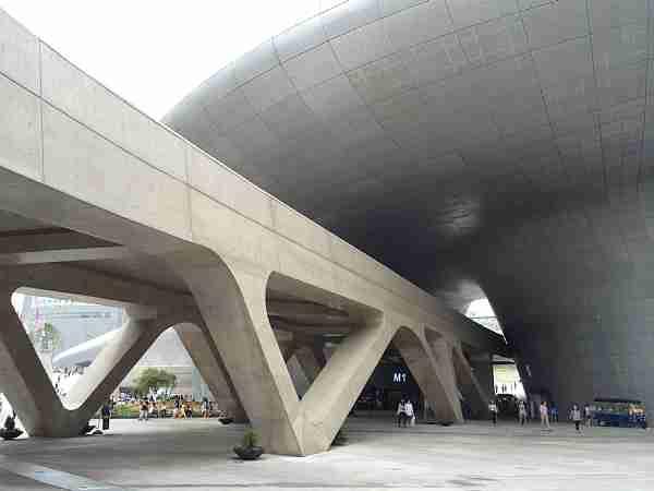 ザハ・ハディド設計、ソウルの東大門デザインプラザがとんでもない - 日毎に敵と懶惰に戦う