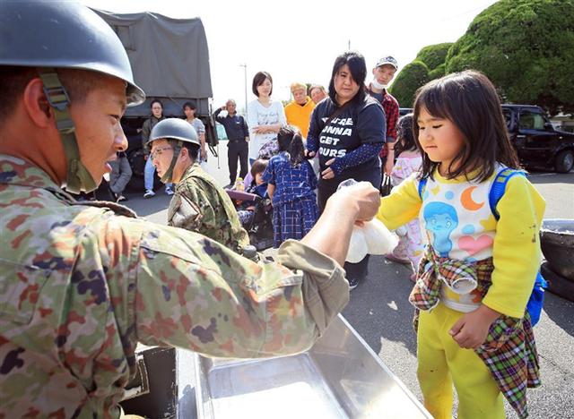 【報道しない自由】熊本大地震、自衛隊が救助しても「警察と消防が救助」とNHKが虚偽放送!自衛隊員は映さないように…報告がありました。 : 政経ワロスまとめニュース♪