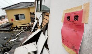 """""""赤紙""""貼られた家、本当に住めないの?建物の危険度判定に困惑"""