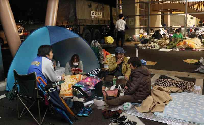 熊本地震:無情の雨、避難所の定員超えも - 毎日新聞