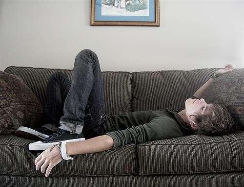 ソファーにいるイケメン画像