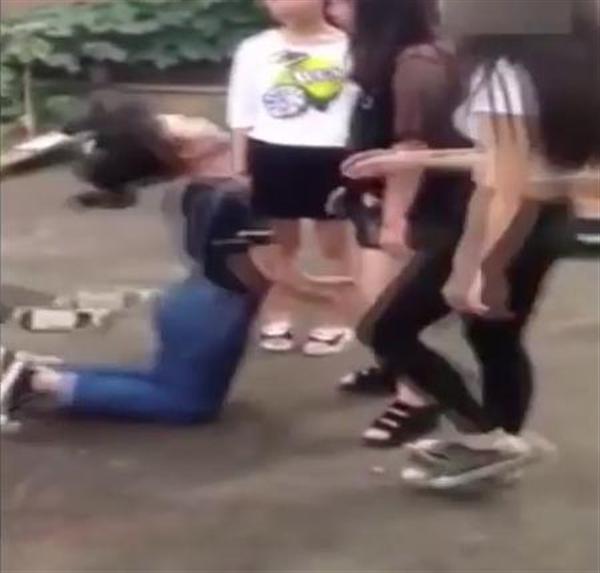 壮絶! 中国・女子中学生の集団いじめ ひざまずかせビンタに蹴り… 世界中から非難の声 - 産経ニュース