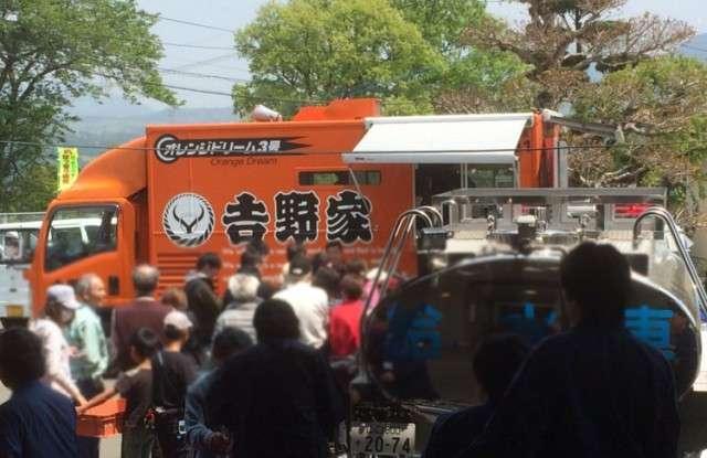 熊本県内で吉野家が牛丼の炊き出しを実施中 19日から22日まで各避難所を回る模様   林檎舎