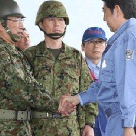 安倍首相が被災者より真っ先に「わが軍」自衛隊を激励! 小泉首相の中越地震視察でもなかった露骨行動に唖然|LITERA/リテラ