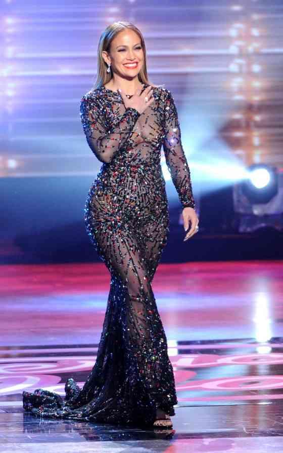 胸や下半身も丸見え…ジェニファー・ロペスのドレスがほぼ裸!