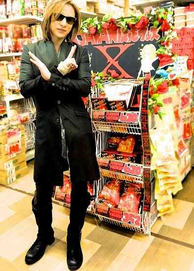 YOSHIKI ドンキに緊急来店、YOSHIKI伝説グッズが好評につきドン・キホーテでの取扱店舗拡大 (エキサイトミュージック) - Yahoo!ニュース