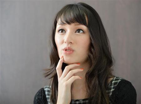 栗山千明:大胆ドレスで