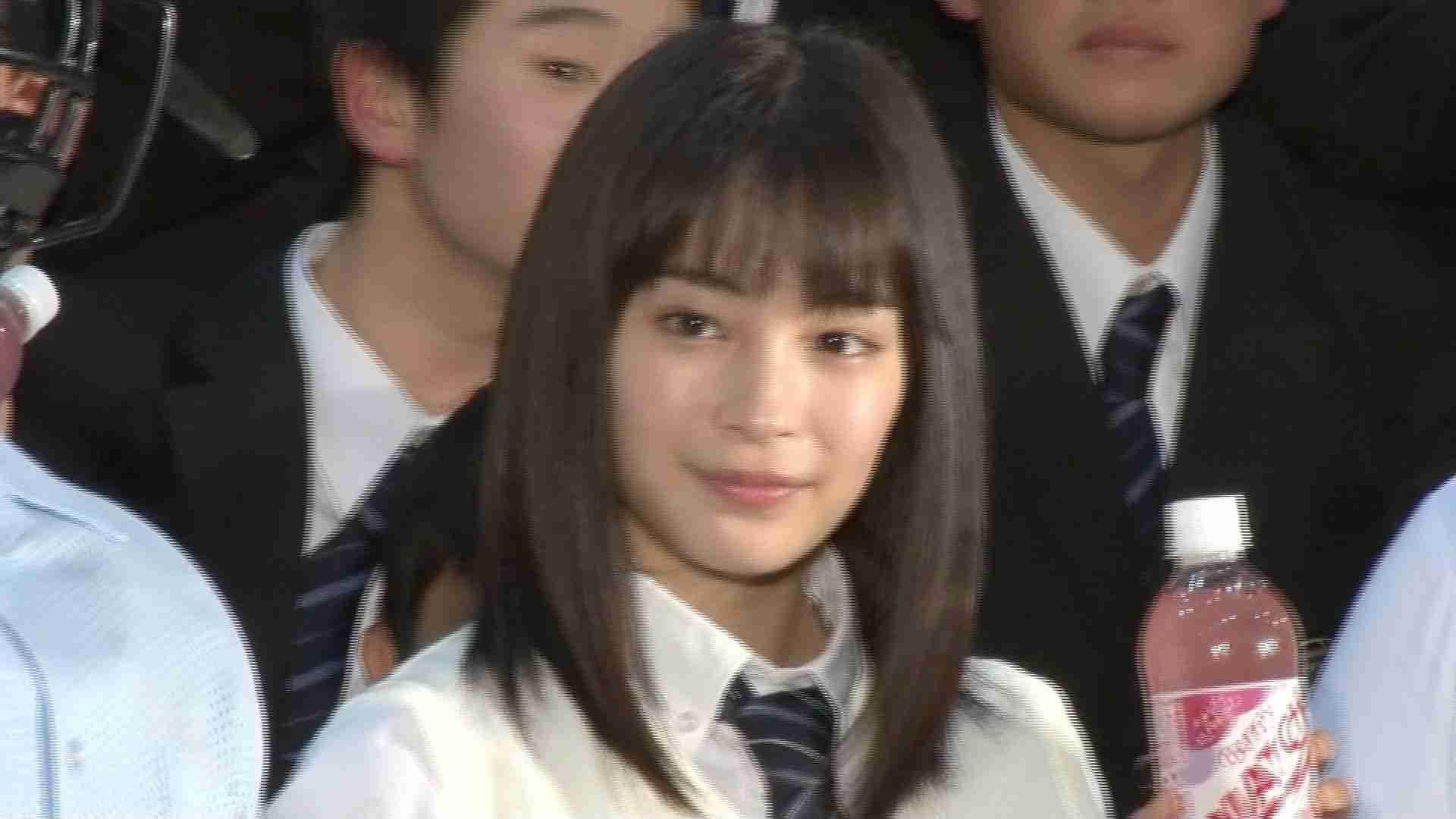 広瀬すずのサプライズ登場に高校生大興奮 炭酸飲料『MATCH』新CM発表会 - YouTube
