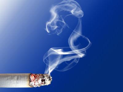 2歳児にタバコ吸わせた母親書類送検「しつこく触ってきたので」