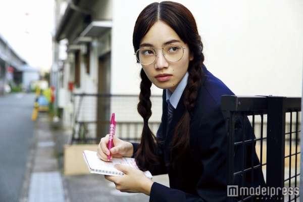 小松菜奈、丸メガネ×おさげ姿に「やっぱり可愛い」「やられた」の声  - モデルプレス