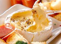 カマンベールチーズを丸ごと使ったフォンデュが手軽でめちゃウマ! - NAVER まとめ