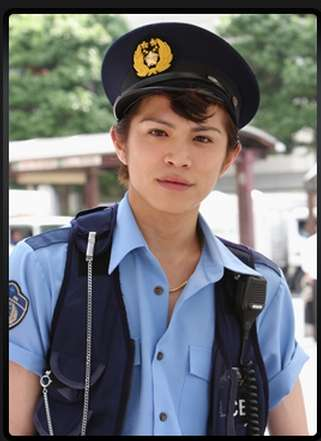 警察官姿の山本裕典