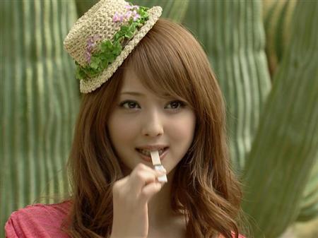 高橋愛、美人母公開!「若っ」「お母様もキレイ」