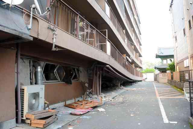ピロティ形式の古いビル、地震で被害相次ぐ 熊本