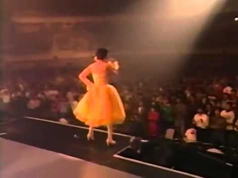荻野目洋子   ダンシング・ヒーロー Live at 武道館 1989 1 4   YouTube - YouTube