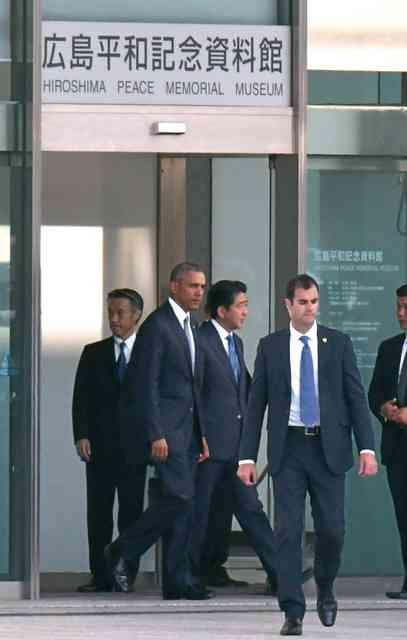 オバマ大統領「実は折り鶴を持ってきました」 原爆資料館で小中学生に手渡す