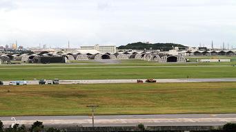 痛いニュース(ノ∀`) : 米軍基地反対派が全国から沖縄に結集、米国人児童が乗るスクールバスやYナンバーを包囲して威嚇 - ライブドアブログ