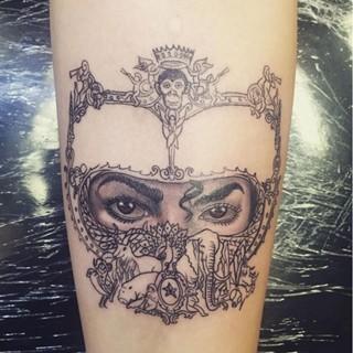 マイケル・ジャクソンの娘、父のジャケ写をタトゥーに | マイナビニュース