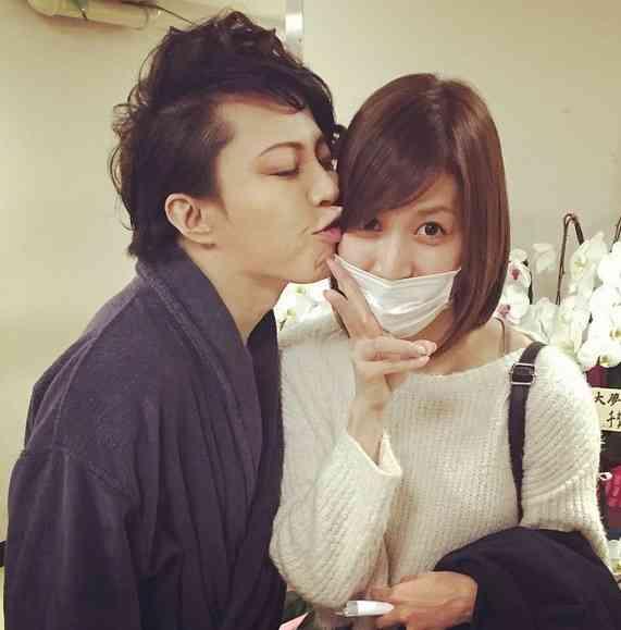 大島麻衣と西川貴教の「キスショット」写真に反響