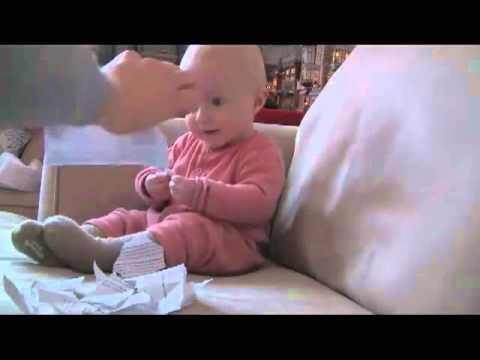 紙を破るのがおもしろくてしかたない赤ちゃん - YouTube