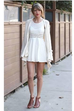 真っ白なワンピースが似合う女の子