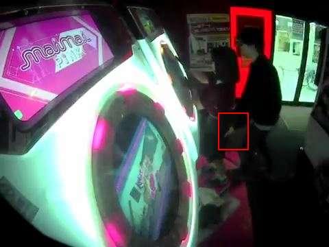 【注意】ゲームセンターで音ゲー『maimai』を遊んでる女の子の背後からお尻を触る痴漢が出現