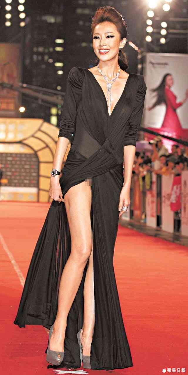 ポロリ不可避!19歳モデル、超絶スリットの「裸同然」ドレスで話題