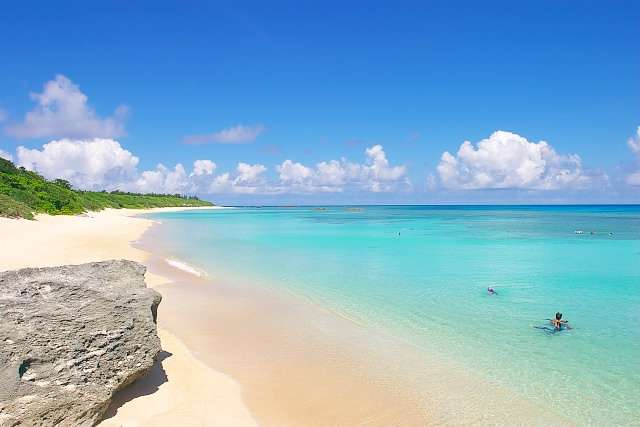 まだ海外のビーチに行ってるの?それより沖縄の「ニシ浜」が美しすぎると話題に! | RETRIP[リトリップ]