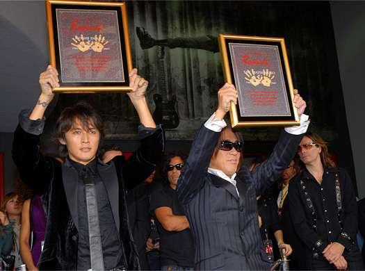 アジア初!B′zがロックの聖地に手形を刻印 - ライブドアニュース