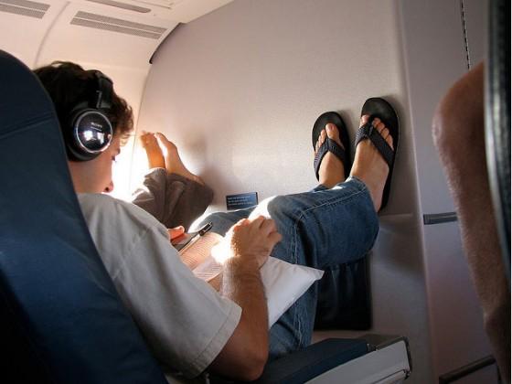 マナー違反じゃないの?飛行機で足を投げ出す事!?