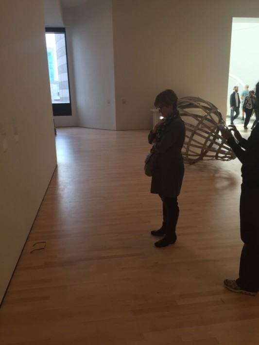 美術館の床に○○を置いてみたら…アートだと勘違いする人が続出ww