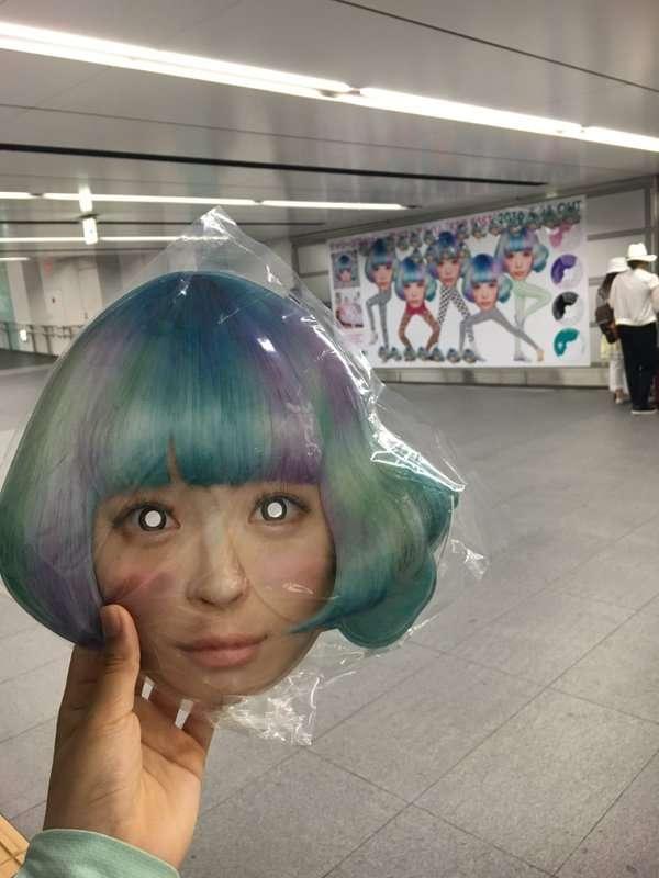 きゃりーぱみゅぱみゅのお面、渋谷駅構内に出現 30分で配布終了