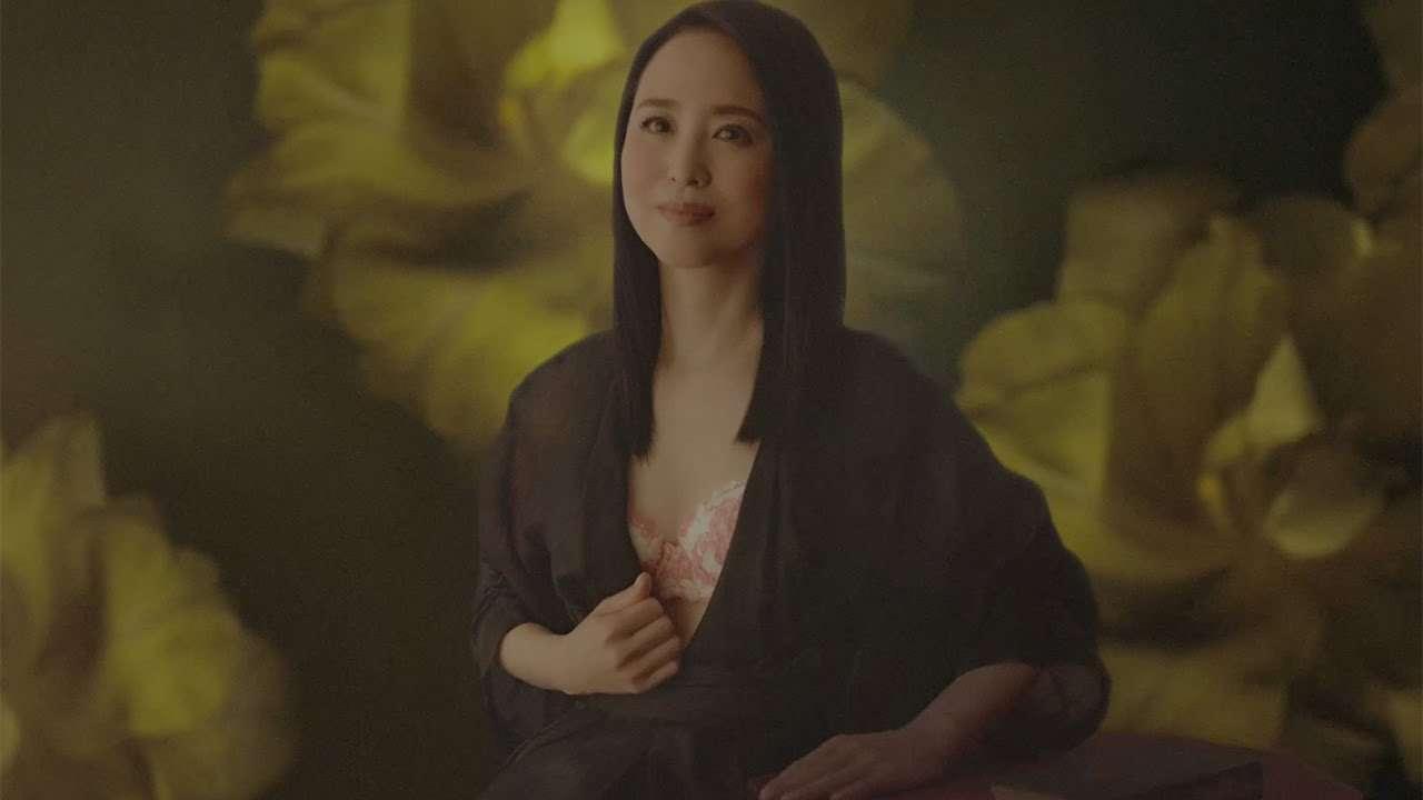 松田聖子、CMで下着姿を披露 トリンプのイメージキャラクターに - YouTube