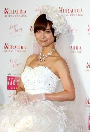 篠田麻里子のファンは太め体形が多い?「XLサイズあたりじゃないと…」 プロデュースしたウエディングドレス姿を披露