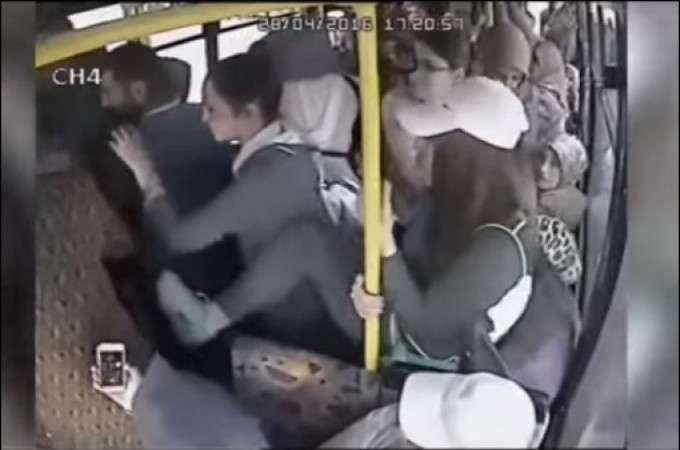 【動画】バスに痴漢現る、下半身丸出しの男を女性客らが殴る蹴るのめった打ち―トルコ