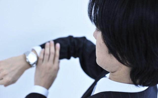 「スマホで時間確認」は顧客に失礼なのか 「社会人なんだから腕時計ぐらいしなさい」の声も