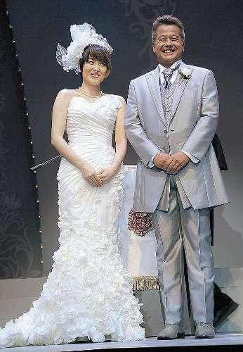 荻野目洋子、舞台公演終了後に15年越しの人前結婚式「感無量」 : スポーツ報知