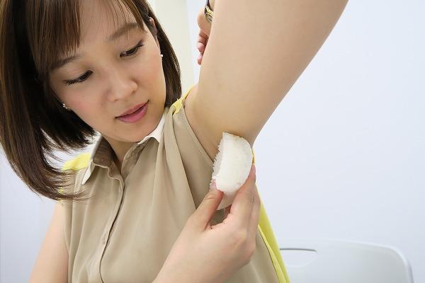 女子がワキの下で握る『腋おにぎり』は美味しいのか?試してみた結果 – しらべぇ | 気になるアレを大調査ニュース!