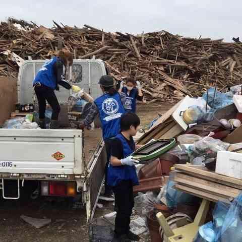 益若つばさ 被災地熊本で靴下5000足配布、田んぼの修復や家屋片付け手伝う