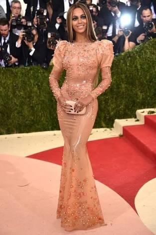 """エマ・ワトソン、""""ペットボトル再生ドレス""""が美しいと話題 世界中から称賛の声"""