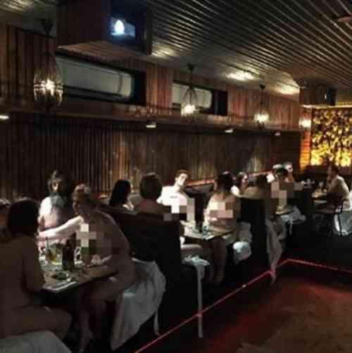 """【微閲覧注意】一足お先に""""全裸レストラン""""、客は全員裸&バーテンは裸エプロンに。"""