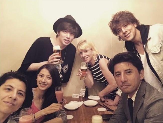 城田優、兄弟姉妹5人の全員集合ショットを公開 妹の誕生日を家族でお祝い