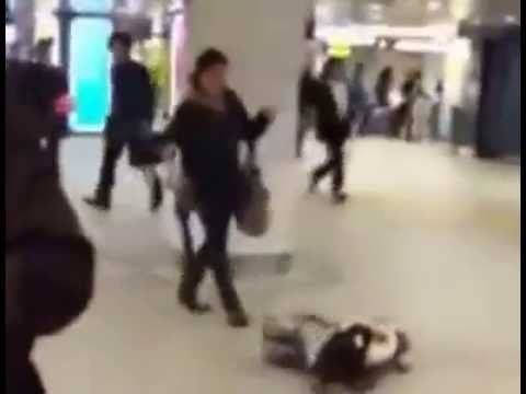 渋谷駅で泣き叫ぶ少女が母親に顔を蹴られ床に叩きつけられる - YouTube